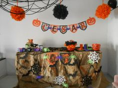 mesa dulces hallowen Halloween, Planter Pots, Scrap, Tapestry, Home Decor, Candy Stations, Mesas, Hanging Tapestry, Tapestries