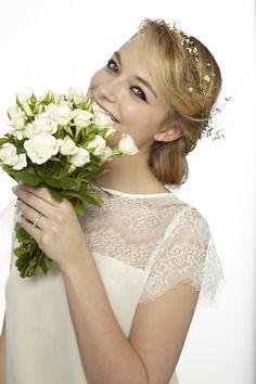 Chignon tresse #coiffure #mariage Mi Long, Marie, Wedding Dresses, Fashion, Long Hair, Bun Braid, Hairstyle Ideas, Bride Dresses, Moda