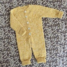 Diy Crafts - Ravelry: Sleep Suit pattern by PixenDk Baby Boy Knitting Patterns, Knitting For Kids, Knitted Baby Clothes, Knitted Romper, Jumpsuit Pattern, Pants Pattern, Onesie Pattern, Diy Crafts Knitting, Baby Overall
