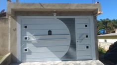 Portão basculante modelo chapa e tubo trabalhado com puxador cromado . – KLP Portões