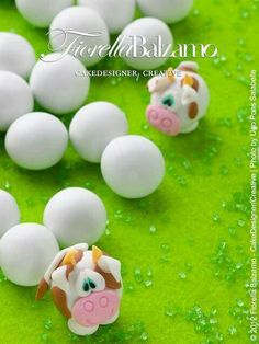 Cow Cake topper - use a white candy easter egg Fondant Figures, Fondant Cake Toppers, Fondant Cakes, Cupcake Cakes, Cupcake Toppers, Cow Cakes, Fondant Animals, Animal Cakes, Fondant Decorations