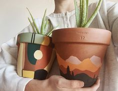 Precious Tips for Outdoor Gardens In general, almost half of the houses in the world… Painted Plant Pots, Painted Flower Pots, Keramik Design, Diy And Crafts, Arts And Crafts, Decor Crafts, Fleurs Diy, Art Diy, Idee Diy