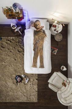 Fans van The Force, goed nieuws!! Het Star Wars beddengoed, dat Snurk in 2015 exclusief ontwikkelden voor Lucas Film en een Amerikaanse retailer, mag tijdelijk ook in Nederland en België verkocht worden. Een echte limited edition voor een limited time. Pre-order nu als je zeker wilt weten dat jij met Kerst als Chewie of Darth Vader slaapt. Ook beschikbaar in 2-persoons. May the force be with you! Levering rond 15/12 Gemaakt van 100% zachte perkaline katoen.Inclusief kussensloop en instop...