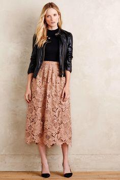 Chica usando una maxy falda y chaqueta de piel