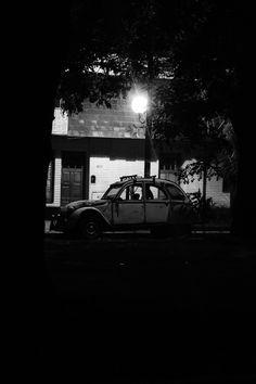 Juré por la calle, robarme tu auto, carro feo con pintura deshojada, sin pito, y esas llantas chuecas como tus dedos. Juré, un día más no recordarte, y pasear por los pisos de ladrillo, buscando la puerta en que te perdí. Artista: Milton Figueredo Miles
