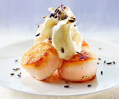 Lavender foam on scallops- Lavendelschaum auf Jakobsmuscheln Lavender foam on scallops - Shellfish Recipes, Shrimp Recipes, No Salt Recipes, Gourmet Recipes, Seafood Appetizers, Appetizer Recipes, Italian Fish Recipes, Scalloped Oysters, Holiday Party Appetizers