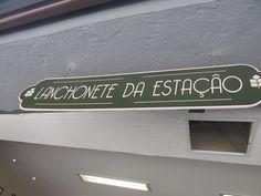 Texto encontrado na estação de metrô São Bento, indicando e promovendo a Lanchonete da Estação./ Destinatário: possíveis clientes da lanchonete/ Emissor: Lanchonete da estação