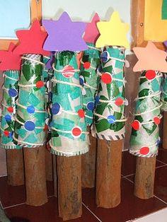 Arbres de nadal amb cilindre i con de cartró decorats.