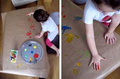 Papel de regalo hecho con huellas y pintura de dedos. DIY gift wrapping paper   Blog www.micasaencualquierparte.com