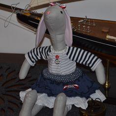 króliczka w marynarskim stroju