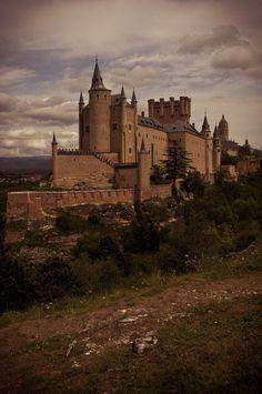 https://flic.kr/p/T5zaN5   Segovia - Nubes sobre el Alcázar   Situado en la confluencia entre los ríos Eresma y Clamores se encuentra una de las fortalezas más bellas de España, el Alcázar de Segovia. Fue levantado entre los siglos XII y XIII y actualmente alberga el Archivo Histórico Militar de Segovia, siendo además un interesante museo. Su impresionante silueta alzándose sobre ese carcterístico cerro confiere a la ciudad el aspecto de un barco, lo que le ha valido el sobrenombre de la…