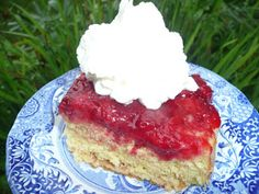 Everyday Dutch Oven: Fresh Strawberry Upside Down Cake Grilled Desserts, Just Desserts, Delicious Desserts, Dutch Oven Cooking, Dutch Oven Recipes, Dutch Ovens, Dutch Oven Deserts, Strawberry Upside Down Cake, Strawberry Patch