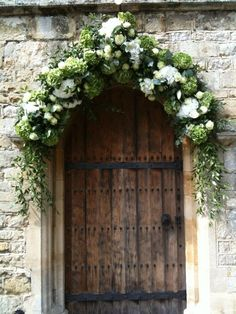 Styling Ideas for a church wedding including flower pew ends, welcome signage, floral arrangements in urns and arches Modern Country Style, Country Style Wedding, Country Chic, Church Wedding Flowers, Wedding Bouquets, Flower Bouquets, Arch Wedding, Garland Wedding, Bridal Flowers