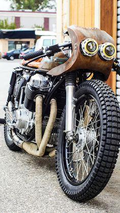 Beautiful Honda CB750 #CafeRacer 1972 by Thirteen And Company. Muy guapo el acabado de óxido y el tapizado del asiento de esta #Honda | caferacerpasion.com