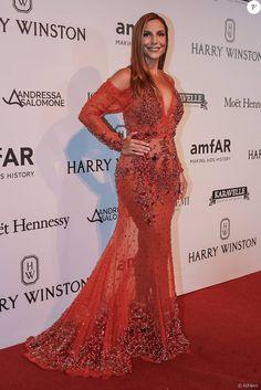 Ivete Sangalo mostrou que está com ótima forma física no vestido Givenchy no baile de gala da amFar