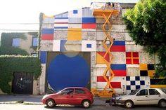 Jorge Pomar tiene una relación con estas paredes mucho más entrañable que la de los días que pasó interviniéndolas. El artista fue vecino del Bajo Belgrano durante 20 años y la mayoría de sus murales están en el barrio. Este fue otro homenaje