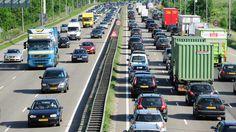 Met tien concrete voorstellen hoopt de ANWB iets te doen aan de alsmaar toenemende files. De ideeën om knelpunten op snelwegen op te lossen komen van 12.000 van hun leden. Dinsdag bood de ANWB de voorstellen aan de Tweede Kamer aan. Een punt ontbreekt in de voorstellen: kilometerheffing.
