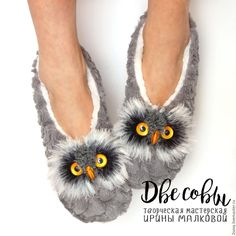 "Gorgeous knitted mittens, slippers and more by Irena ""Two Owl"" Felt Crafts Patterns, Owl Patterns, Fox Decor, Owls Decor, Owl Food, Crochet Coffee Cozy, Owl Quilts, Owl Bags, Felt Owls"