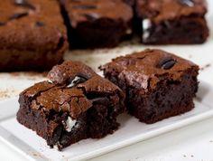 """מתכון לבראוניז (או אם תרצו - בראוניס) מעולים עם המון שוקולד ושברי עוגיות אוראו. קינוח שוקולדי פשוט מושלם! מתכון מתוך הבלוג """"המרכיב הסודי"""""""