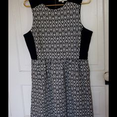 "Madewell textured pleated dress Large! Bundle=20% Pretty Madewell black and white design pleated dress size Large! Features full back zipper, and two pockets in skirt. Measures 20"" pit to pit, 16"" waist, and 26"" pit to bottom hem. Measurements taken while laying flat. Excellent condition! Bundle 2 or more items and save 20%!! OR make me a reasonable offer via the ""Offer"" button! Madewell Dresses Midi"
