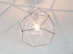 Tutoriales DIY: Cómo hacer una pantalla de lámpara geométrica con pajitas vía DaWanda.com