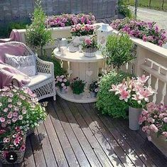 Cable drum painted and decorated with flowers – Small Balcony Decor Ideas Patio Shabby Chic, Shabby Chic Terrasse, Diy Garden, Garden Cottage, Cottage House, Garden Table, Flower Landscape, Landscape Design, Lawn And Landscape