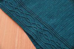 Sarucha ist ein einfacher, aber durch seine seitlichen Musterungen doch interessanter und abwechslungsreich zu strickender Poncho, an den sich auch Anfänger/innen (mit etwas Erfahrung im Verzopfen) wagen dürfen.