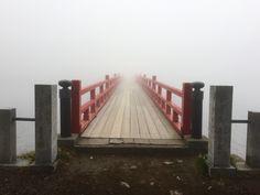 その先は天国?霧の中の橋