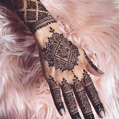 Henna @arora_mehndi . . #henna #mehndi #whitehenna #wakeupandmakeup #zentangle #boho #monakattan #flowers #hennadesign #tattoo #girlyhenna #art #inspo #hennainspo #hennaart #photooftheday #mendhi #hennaartist #hennatattoo #naturalhenna #bridalhenna #7enna #doodle #art #mandala #trendsandco #beauty #love #feather *