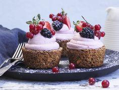 Nøddekager med jordbærskum og bær - den bedste opskrift på fine kager. Baking Recipes, Cake Recipes, Snack Recipes, Dessert Recipes, Danish Dessert, Danish Food, Strawberry Desserts, Fun Desserts, Naked Wedding Cake