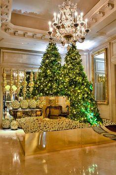 Árvore de Natal e rena dourada, no Four Seasons Hotel George V de Paris