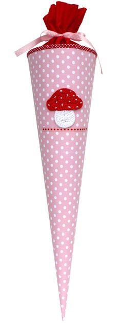 Süße Schultüte aus Stoff im Fliegenpilzdesign. Die Schultüte ist das perfekt Geschenk zur Einschulung. Wenn man keine Schultüte als DIY selber basteln möchte ist die Reuberkind - Schultüte Pilz mit Namen gross die ihr bei www.baby-and-friends.com findet das perfekte Geschenk. Der Pilz ist von Hand gehäkelt.
