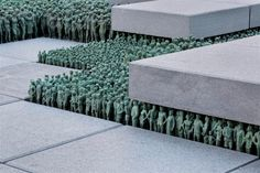 Do Ho Suh est un artiste coréen qui fait des sculptures et des installations qui jouent sur l'espace et les échelles. Il a entre autres réalisé toute une série d'installations qui reproduisent des bâtiments dans leurs moindre détails en taille réelle grâce à des voilages semi-transparents suspendus ainsi que d'autres ou des petits personnages miniatures …