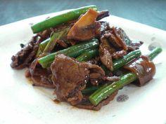 biefstukpuntjes met sperzieboon, ui, knoflook, peper en champignon. Saus…