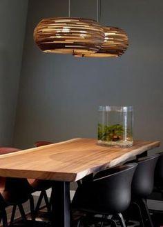 Hippe kartonnen hanglampen Graypants Ohio boven een stoere eettafel met leuke kuip stoelen. Trendy woon interieur.