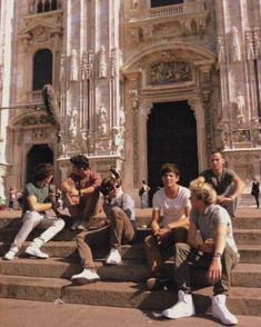one direction in milan, italy. Four One Direction, One Direction Images, One Direction Wallpaper, One Direction Humor, Niall E Harry, Imprimibles One Direction, Foto One, The Victim, Beige Aesthetic