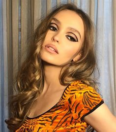 The Best Caramel Hair Colors: Lily Rose Depp Lily Rose Melody Depp, Lily Rose Depp Style, Makeup Inspo, Makeup Inspiration, Makeup Ideas, Fun Makeup, Crazy Makeup, Makeup Style, Makeup Art