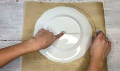 En traçant un cercle sur du papier parchemin, elle rend sa meilleure amie jalouse!