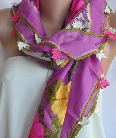 Es ist schön, gehäkelte Blumen fuchsia Baumwolle Schal mit der Hand Lotusblumen Weiß und Fuchsia!  Der Schal ist verziert und eingefasst mit schönen B