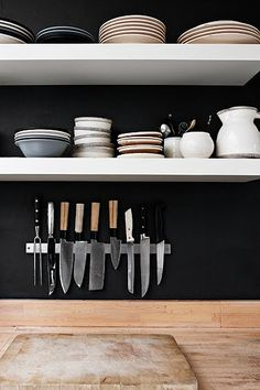 Handmade home - open shelves, black Classic Kitchen, New Kitchen, Kitchen Interior, Kitchen Decor, Kitchen Shelves, Kitchen Tools, Kitchen Knives, Kitchen Storage, Studio Kitchen