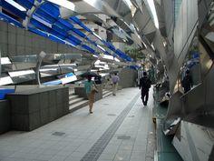 Estação metroviária de Shibuya, em Tóquio, Japão. Arquiteto: Tadao Ando. O arquiteto usou como materiais principais a fibra de vidro e o concreto armado.