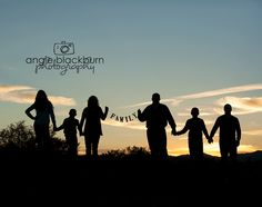 family photography poses sillhouette sunset family sign