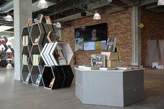Særlige eksponeringsmøbler fremhæver bøger på Gadeplan og den store skærm fortæller om aktiviteter på biblioteket, om digitale tilbud og nyheder fra biblioteket.