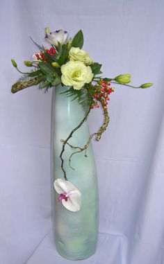 Ikebana Flower Arrangement, Ikebana Arrangements, Flower Arrangements, Modern Floral Arrangements, Vertical Vegetable Gardens, Love Flowers, Diy And Crafts, Glass Vase, Floral Design