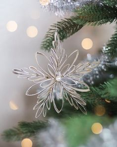 Schneeflocken aus Klopapierrollen Create beautiful snowflakes from toilet paper rolls. Super easy and without a lot of material # snowflakes # toilet paper rolls Clay Christmas Decorations, Holiday Crafts, Homemade Christmas Tree Decorations, Natural Christmas Ornaments, Diy Christmas Snowflakes, Yule Crafts, Winter Decorations, Holiday Decor, Simple Christmas