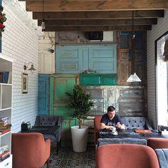 Мы фанаты винтажных дверей и имеем собственную коллекцию. Эта декоративная стена была сделана из коллекции #DoorsBrothers для новой уютной ☕кофейни @coffeeco23. #лофт #loft #двериназаказ #винтаж #дизайнинтерьера #двери #doors #interiordesign
