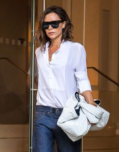 Victoria Beckham Photos Photos - Designer Victoria Beckham is seen leaving her hotel in New York City, New York on September - Victoria Beckham Leaves Her New York Hotel Ny Fashion Week, Look Fashion, Fashion Outfits, Boyfriend Shirt Outfits, Victoria Beckham Stil, Androgynous Women, Harper Beckham, Minimal Outfit, Weekend Style