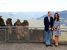 The Duke and Duchess of Cambridge pose in front of the iconic Three Sisters. Duchess Kate, Duke And Duchess, Duchess Of Cambridge, Prince William And Catherine, William Kate, Mountain Images, Australia Tours, Paris Match, Princess Kate
