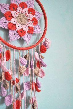 Crochet dreamcatcher with flower pattern dream catchers, crochet dreamcatcher pattern, crochet mandala, fleur Crochet Diy, Crochet Home, Love Crochet, Crochet Gifts, Crochet Doilies, Crochet Flowers, Crochet Leaves, Hand Crochet, Crochet Dreamcatcher Pattern Free