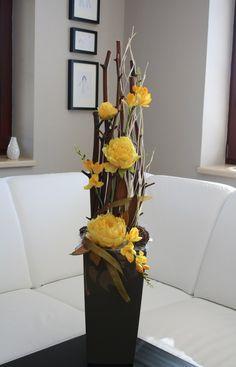 Luxusní dekorace s pivoňkami a fréziemi Ikebana Arrangements, Large Flower Arrangements, Flower Vases, Floral Centerpieces, Vases Decor, Large Floor Vase, Month Flowers, Nylon Flowers, Branch Decor